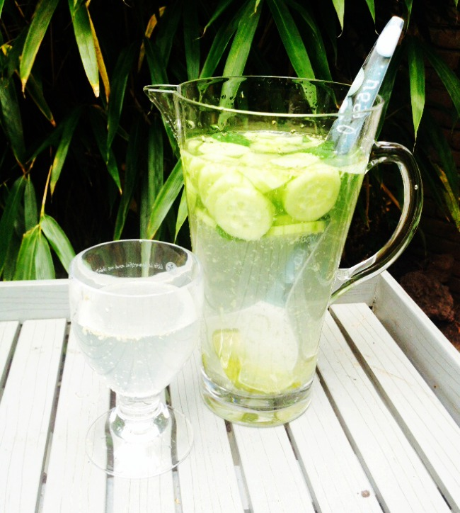 RECEPT: Vetverbrandend fruitwater met komkommer, gember, munt en limoen