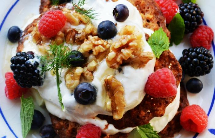RECEPT: Griekse yoghurt met vers zomerfruit, walnoten, kletskoppen, honing & yoghurt