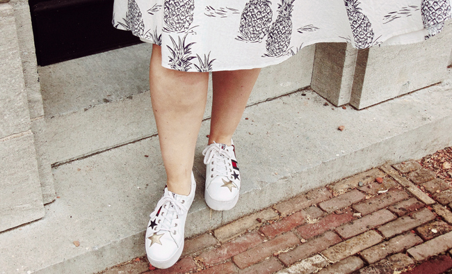 Sneakers onder een outfit stylen